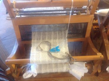 Table-top weaving machine for small items