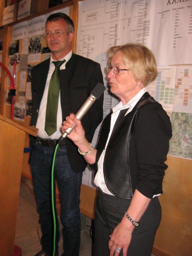 Bild 15 Bürgermeister Markus Ackermann mit Christa Senft.jpg