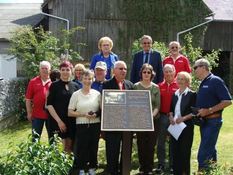 Bild 9 amerikanische Gäste mit Bürgermeister Prögler hinten Mitte, Konrad Blattmeier links und Ehepaar Senft.jpg